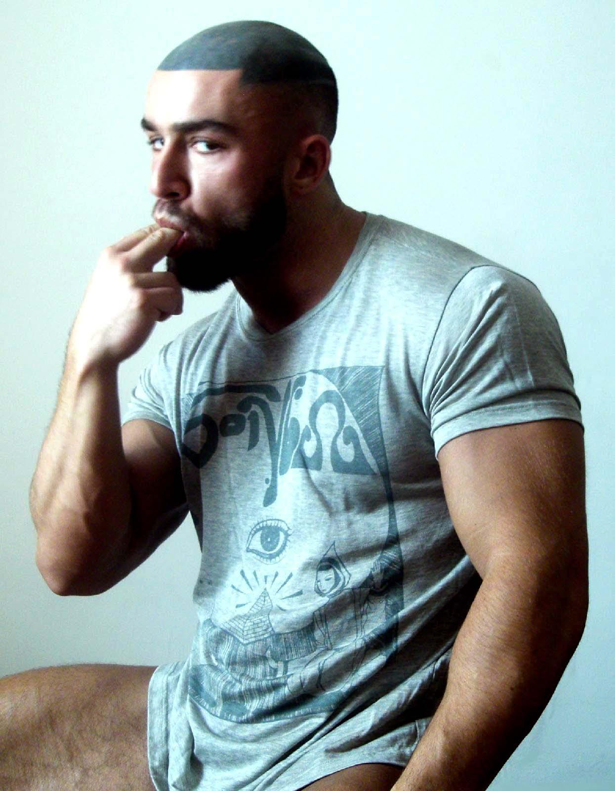 tatuaje actor. François Sagat es un fornido actor porno gay que es famoso por esconder su